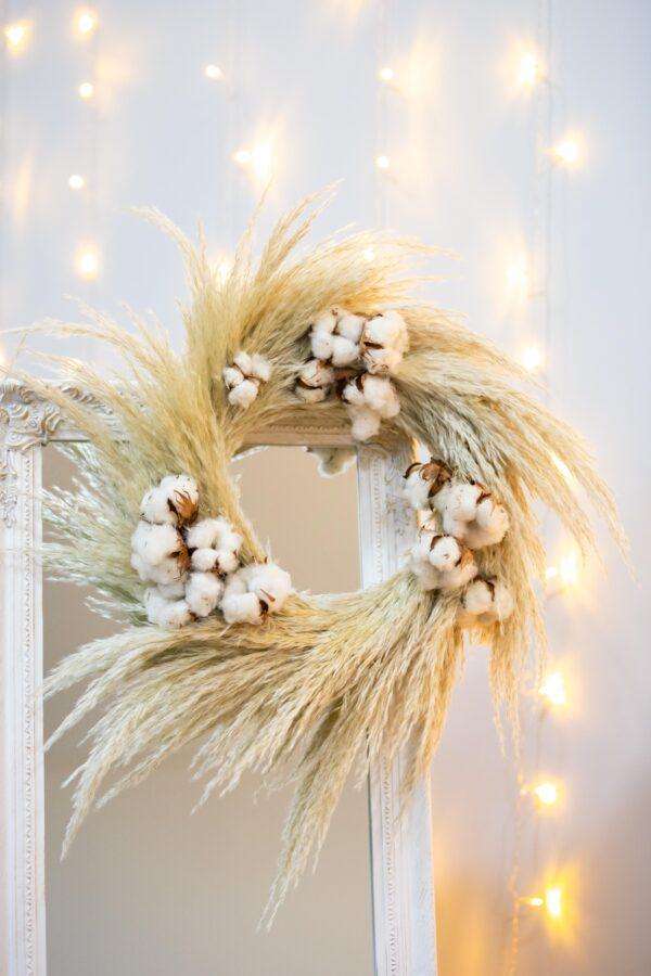 Coroa com pampas e flores de algodão